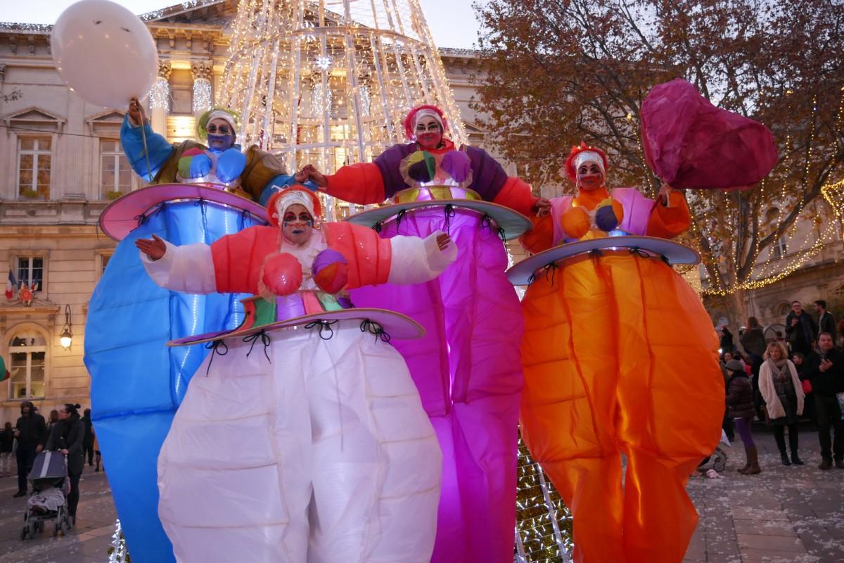 personnages lumineux inspirés de Nikki de Saint Phalle Création de Margot Carrière les Divines Nanas